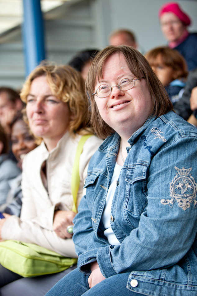 Lachende vrouw met downsyndroom